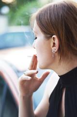 jeune femme avec cigarette
