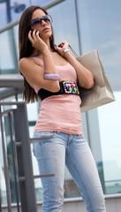 hermosa mujer hablando por teléfono en un centro comercial