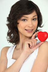 Portrait d'une femme avec un cœur rouge