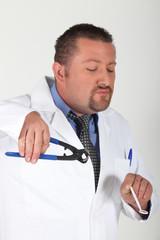 Médecin avec une pince à métaux