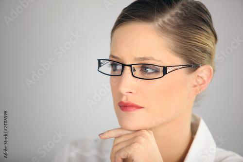 Portrait d une femme portant des lunettes de vue