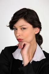 Portrait d'une femme au regard méfiant