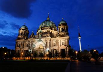 Papiers peints Pleine lune the Berliner Dom in the night in Berlin