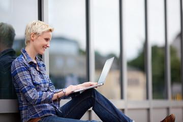 studentin mit laptop in der stadt