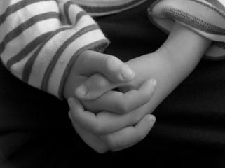 mains croisées d'enfant