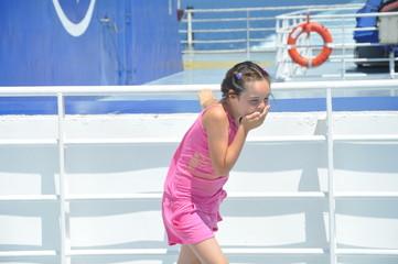 fillette de 8 ans qui a le mal de mer en bâteau