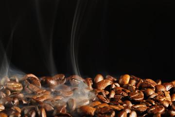 Foto op Aluminium Cafe kaffee beim rösten mit rauch