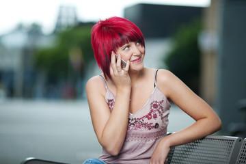frau mit roten haaren telefoniert