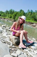 Fototapeta mała dziewczynka nad jeziorem obraz