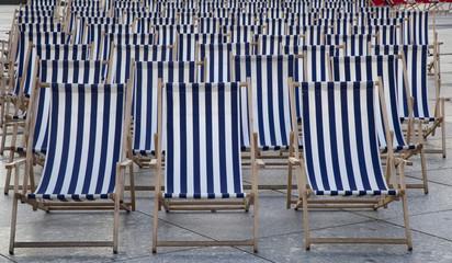 Stühle in der Reihe