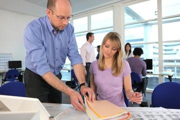 Professeur et étudiante en architecture