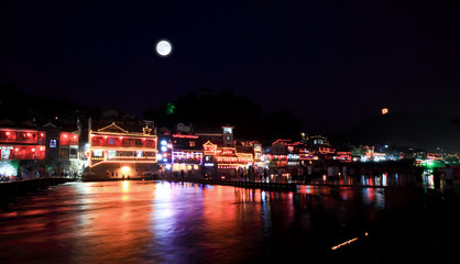 In de dag Volle maan night scenery of the Phoenix Town in China