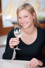 junge frau mit weißwein