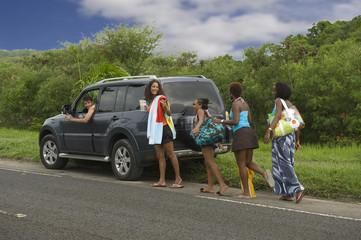 Prendre un groupe de femmes en stop