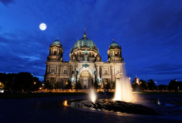 Zelfklevend Fotobehang Volle maan the Berliner Dom in the night in Berlin