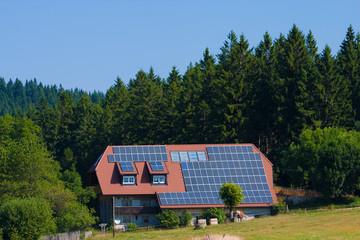 Photovoltaik auf Wohnhaus im Wald