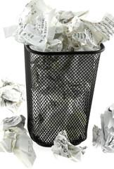 poubelle pleine de tickets de caisse froissés, fond blanc
