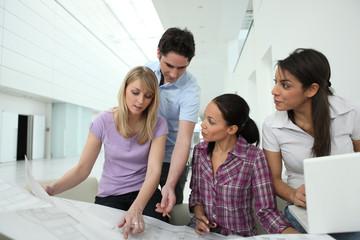Groupe de jeunes en formation d'architecture