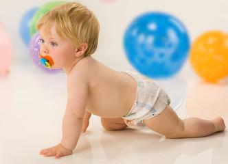 bambino con pannolino