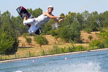 Mann beim Wassersport streckt Zunge heraus