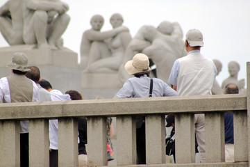 Gut behütet ! - Gruppe von Touristen mit Hüten beim Sightseeing