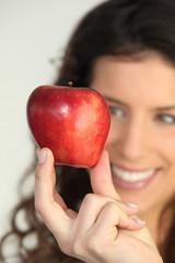 Jeune femme avec une pomme rouge