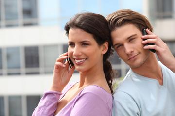 Homme et femme au téléphone portable