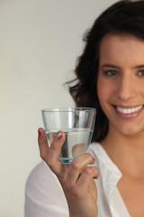 Portrait d'une jeune femme avec un verre d'eau