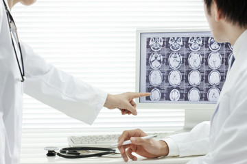 モニターを見ながら相談する医師たち