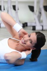 Jeune femme faisant de la gymnastique