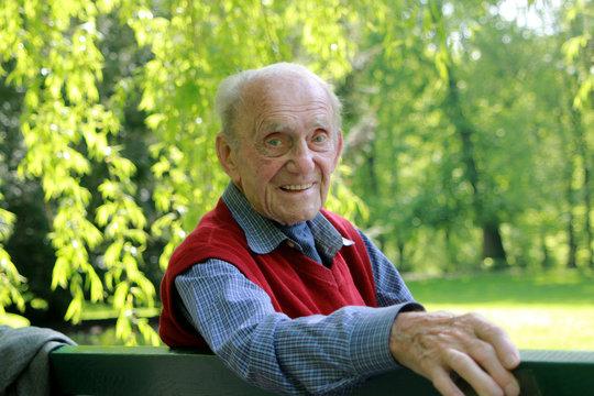 Alter Mann - Portrait auf Parkbank / Blick nach rechts
