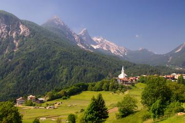 Tal Bergtal Alpendorf dorf Kirche Kirchturm alpen dolomiten