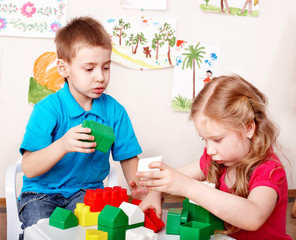 Children play construction set .