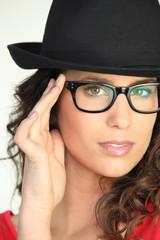 Portrait d'une femme avec chapeau et lunettes de vue