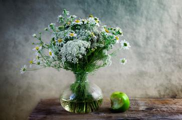 Stilleben mit Blumen und Apfel