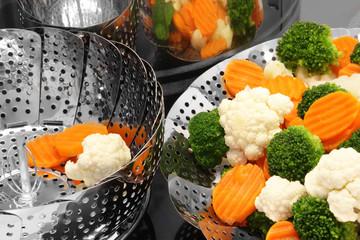 Dämpfeinsätze und frisches Gemüse
