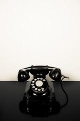 Teléfono antiguo sobre fondo blanco y negro con copy-space