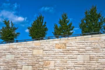 Mauer mit Bäumen