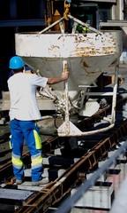 Ouvrier sur un chantier posant du béton