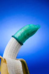 Kondom mit Banane. Symbol für Verhütung und Aids.