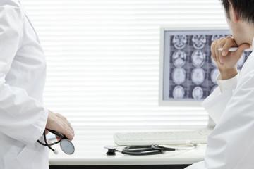 モニターを見つめる医師たち