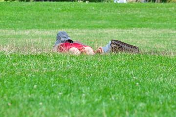 femme qui fait une sieste sur l'herbe