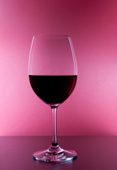 gefülltes Rotweinglas