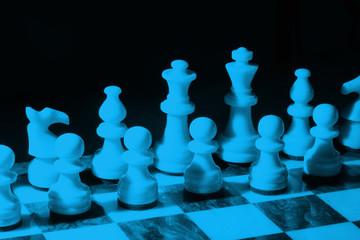 Schachbrett im blauen Licht
