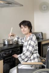 femme handicapé dans sa cuisine