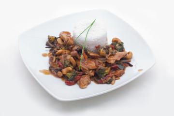 Reis mit asiatischer Gemüse-Cashew-Hühnchen Pfanne