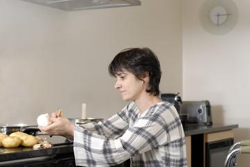 femme handicapé préparant le repas