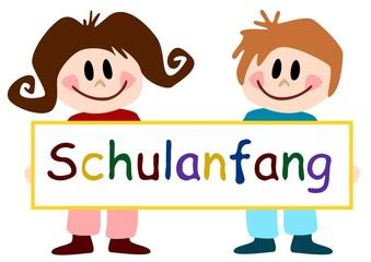 "Kinder halten Schild ""Schulanfang"""
