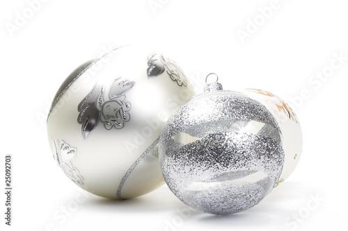 Weiße Christbaumkugeln Matt.Drei Durchsichtige Christbaumkugeln Mit Glitterstreifen Stock Photo