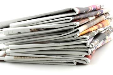 tas de journaux pliés, fond blanc